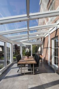 Eine Terrassenüberdachung aus Alu und Glas gibt Schutz bei jeder Wetterlage